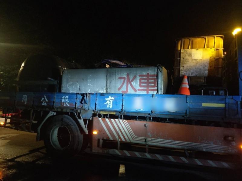 李男開著灑水車到龍潭野溪偷水被巡邏員警逮個正著。(記者吳昇儒翻攝)
