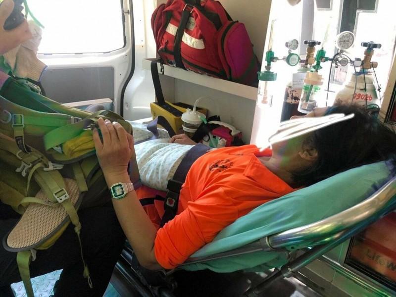 心臟病患者爬火炎山發作,消防人員爬山救援。(記者蔡政珉翻攝)