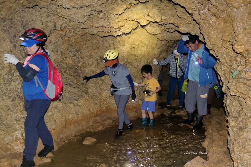 體驗民眾在龍蟠洞內「溯溪而上」,覺得非常刺激。(圖:陳俊強提供)