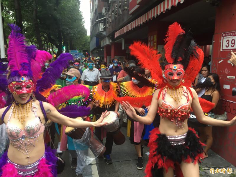遊行隊伍繞行晴光商圈,讓週末的台北街頭充滿南國嘉年華慶典風情。(記者鄭名翔攝)