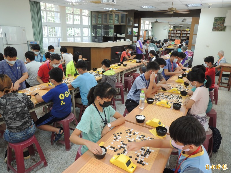 第二屆高市壽山盃圍棋邀請賽今在壽山國中舉行,有百餘位棋手上山以棋會友。(記者王榮祥攝)