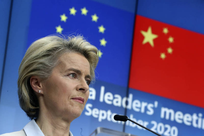 歐盟外長會議將在9月21日舉行,會中各國外長可能宣布與美國合作,對雙方共同面臨的中國議題展開對話。圖為歐盟委員會主席馮德萊恩14日舉行記者會,說明與中國國家主席習近平的線上會議。(美聯社檔案照)