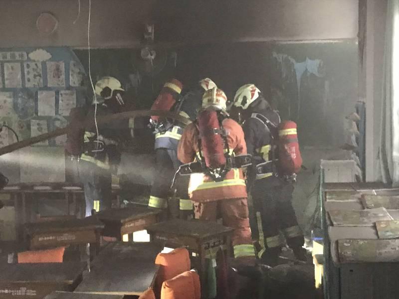 新北市中和錦和國小武崙樓教室1樓,今(20日)上午8時許發生火災,教室被燒得一片焦黑。(圖由民眾提供)