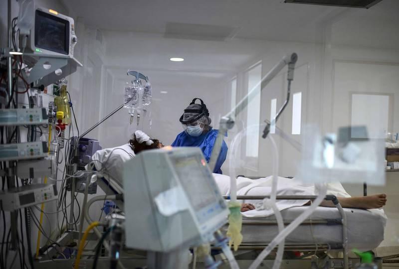 近期許多外國網友推「神奇礦物質溶液」(MMS)治療武漢肺炎,醫師則警告,誤飲最嚴重恐導致死亡。圖為武肺患者示意圖。(法新社)
