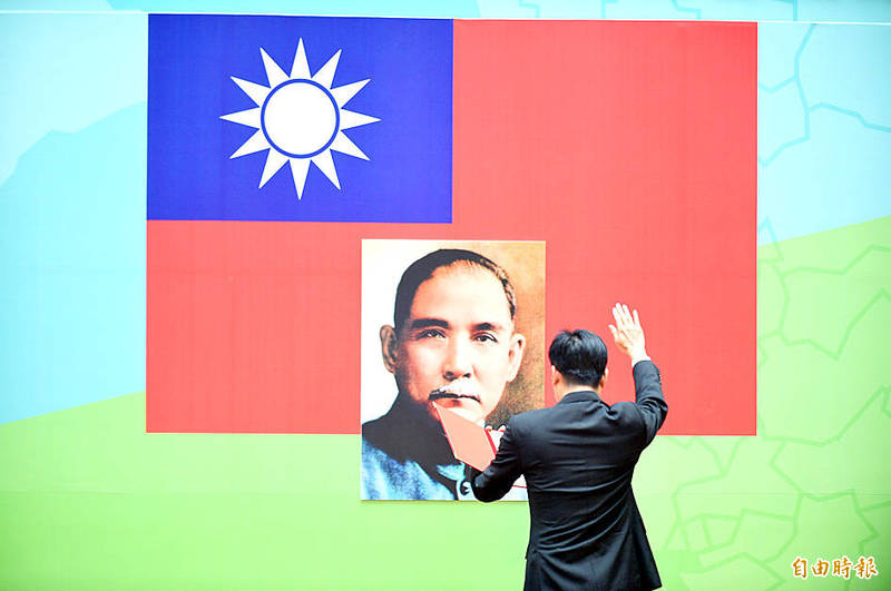 Kaohsiung Mayor Chen Chi-mai raises his right hand as he takes his oath of office in front of a portrait of Sun Yat-sen during his swearing-in ceremony on Aug. 24. Photo: Chang Chung-yi, Taipei Times
