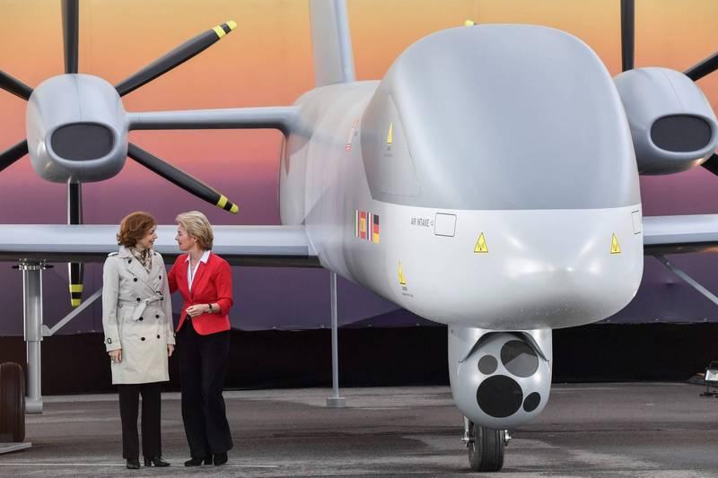 德國、法國國防部長會面,討論歐洲無人機(Eurodrone)的合作問題,雙方同意加快腳步,希望在年底前可進入到研發階段。照片為2018年4月的柏林航展,時任德國防長馮德萊恩(右)和法國防長帕利(左)在Eurodrone模型機旁談話。(法新社)