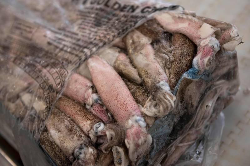中國東北的長春市在今天(20日)發布公告,指出有款從俄羅斯進口的冷凍魷魚,在外包裝上驗出新冠病毒。示意圖,非當事魷魚廠商。(法新社)
