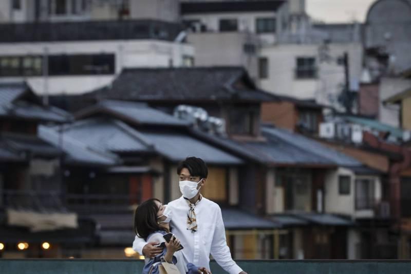 日本政府今(20)日決定,為對抗少子化,自明年度開始,將提供最多60萬日圓(約新台幣16萬9260元)的新婚生活補助金。(歐新社)
