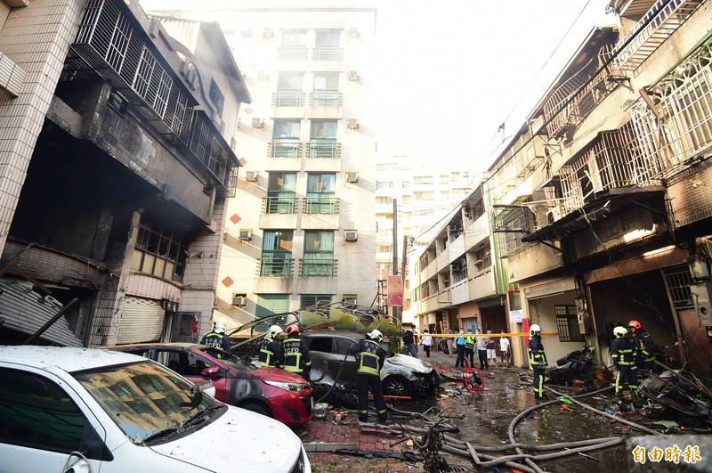 東海商圈附近民宅發生氣爆,造成4 死慘。圖為台中市龍井區新興路59巷11號(圖左停紅車民宅)和12號(圖右燒黑)。(資料照)