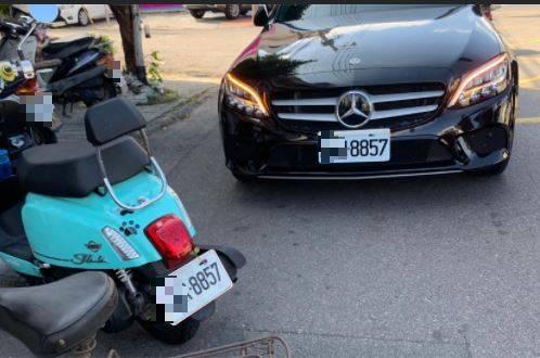 原PO貼出2輛臨停在路旁得的汽機車,它們車牌末四碼竟然一模一樣。(圖擷自爆廢公社公開版)
