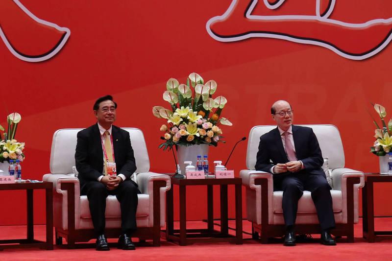 海峽論壇大會開幕式20日舉行,會前由中國國台辦主任劉結一(右)會見新黨主席吳成典(左)等人。首次不是由全國政協主席來會見,也是中國全國政協主席首次沒有親自出席海峽論壇。(中央社)
