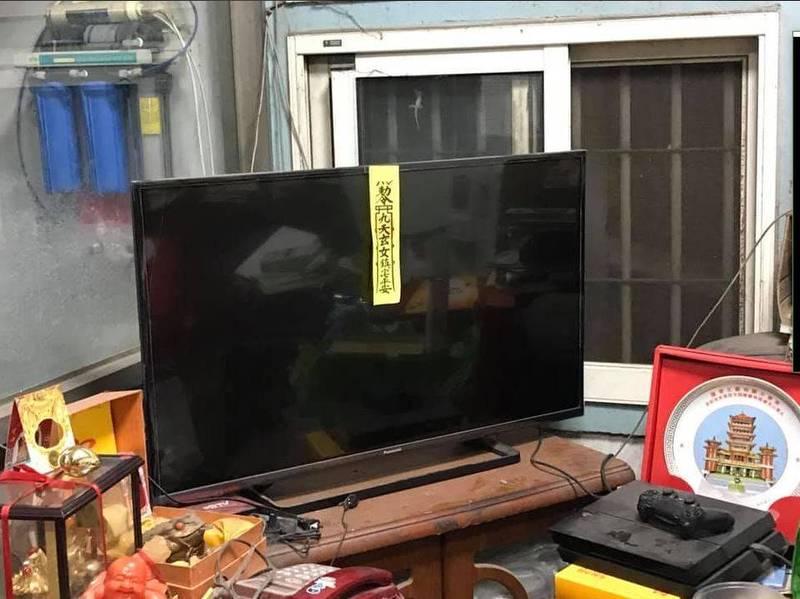 原PO秀出被母親貼符咒的家中電視。(圖擷自爆廢公社公開版)