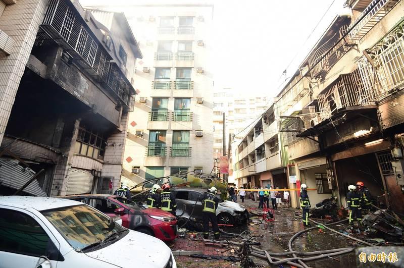 東海商圈附近民宅發生氣爆,造成4死慘。圖為台中市龍井區新興路59巷11號(圖左停紅車民宅)和12號(圖右燒黑)。(資料照)