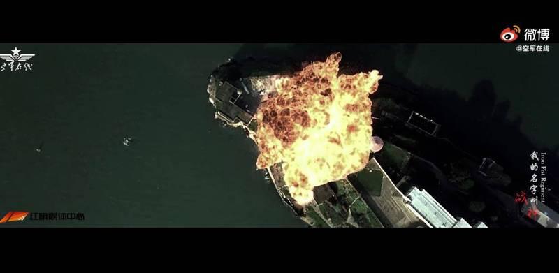 中國解放軍空軍官方微博帳號「空軍在線」,釋出轟-6K模擬轟炸關島的影片,但被中國網友吐槽多段場景來自於美國電影。(圖擷自微博)
