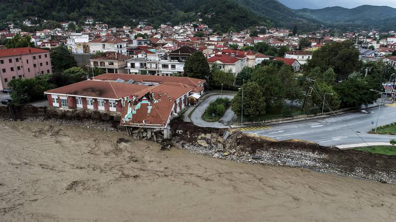 地中海颶風「雅努斯」登陸希臘釀洪災,卡爾季察的小鎮有一處醫療中心部分崩塌。(美聯社)