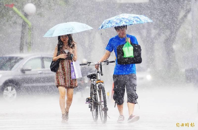 中央氣象局表示,東半部地區及大台北東側有局部地形性短暫陣雨,午後南部地區及其他山區也應注意局部短暫雷陣雨,民眾若午後外出應記得攜帶雨具。(資料照)