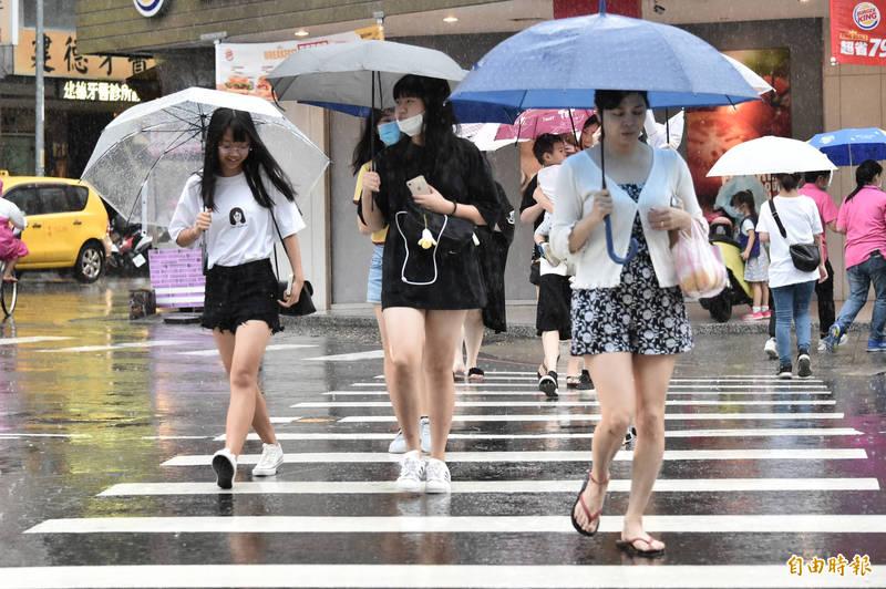 受到鋒面通過及東北風增強影響,北部及東半部有局部短暫陣雨或雷雨。(資料照)