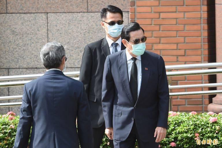 前總統馬英九(右)19日提前出席已故前總統李登輝追思告別禮拜,但僅待了約5分鐘即離去。(資料照)