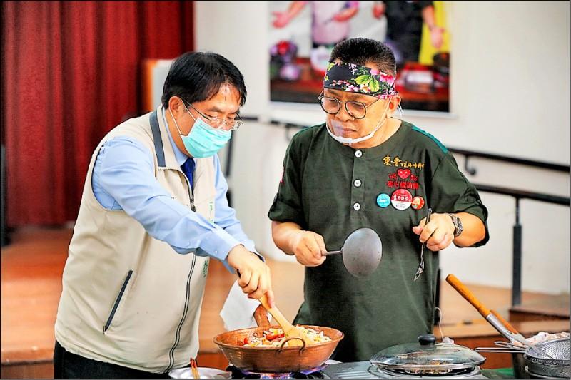 市長黃偉哲(左)與台南愛心總鋪師蔡瑞成(右)一起手作「海鮮佐紅蔥青鬆醬拌英雄麵」與大家分享。(安南區公所提供)