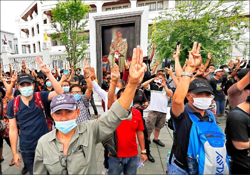 泰國學運抗議活動延燒,兩個月來幾乎天天上演。上圖為廿日在曼谷皇家田廣場,示威者舉起代表「和平、自由及弟兄姊妹情誼」的「三指」,象徵對當局的反抗。(美聯社)