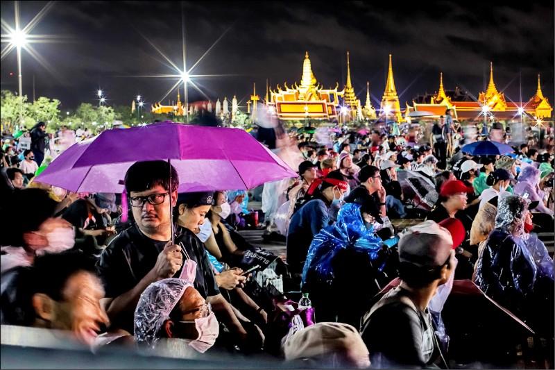 圖為十九日曼谷大皇宮旁的皇家田廣場3萬人徹夜示威。(法新社)