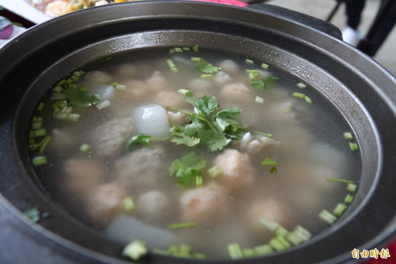 別小看這一鍋丸子湯,裡頭可是鹿港老店的招牌。(記者劉曉欣攝)