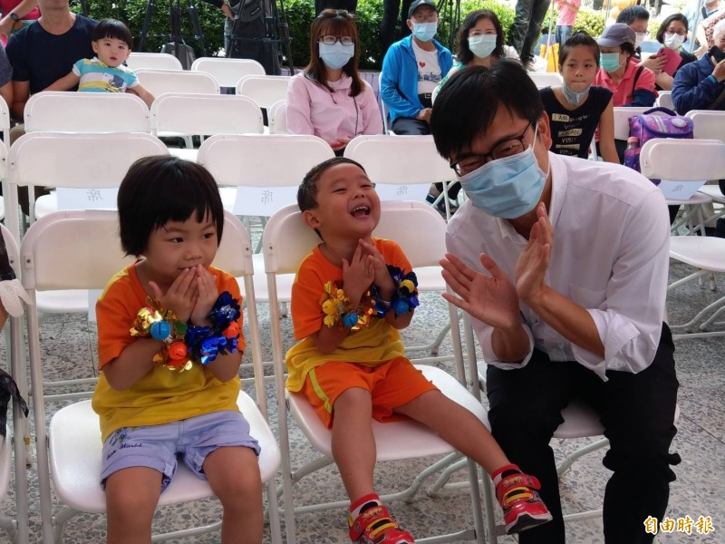 高雄市長陳其邁(右)看到幼兒園小朋友可愛的模樣也忍不住與他們同樂。(記者方志賢攝)