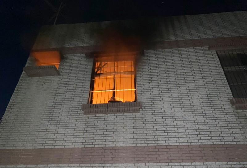 鹽水區文昌里1戶民宅2樓房間,今天清晨近5點發生無名火,冒出火煙。(記者楊金城翻攝)