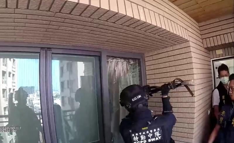 高市刑大破專騙歐澳華人2處詐騙機房,特警、刑大破門攻堅,話務從12樓丟手機滅,被警方全都錄。(記者黃良傑翻攝)