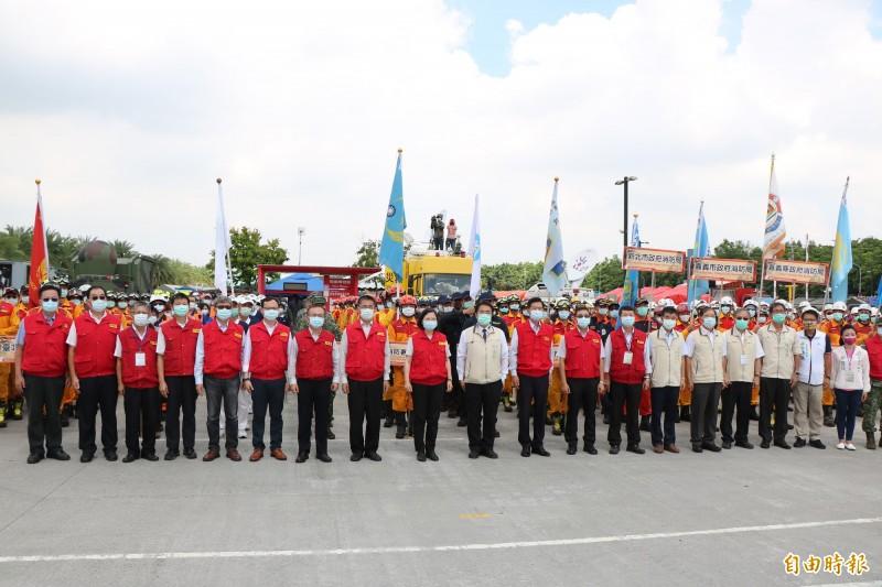 內政部主辦的921國家防災日大規模震災消防救災動員演練,首度在台南舉辦,總統蔡英文今也親自出席視察,慰勉救災人員。(記者萬于甄攝)