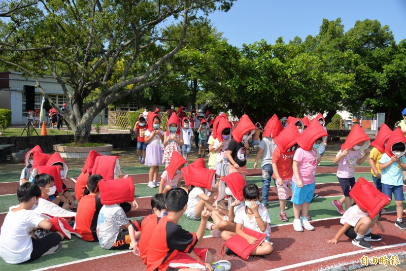 國家防災日防震防災演練,學生有紀律的離開教室避難。(記者詹士弘攝)
