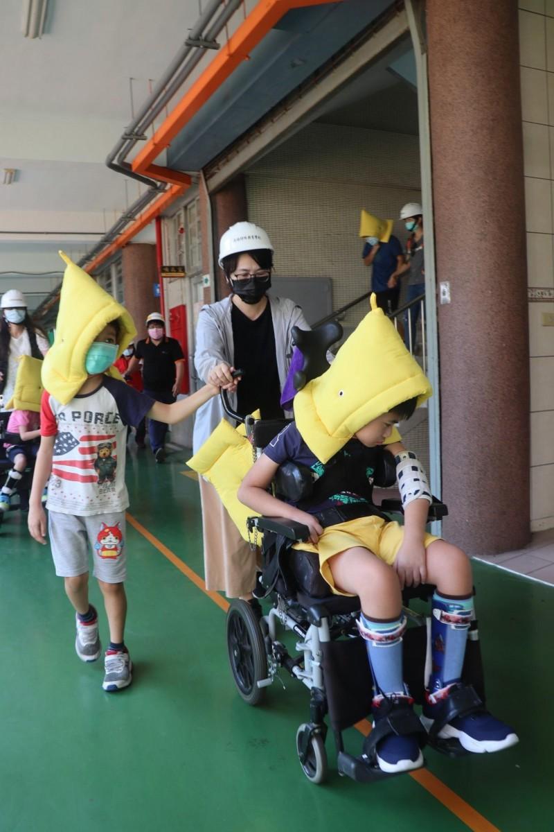 今天是921國家防災日,高雄市特殊教育學校模擬行動不便特殊生疏散演練。(教育局提供)