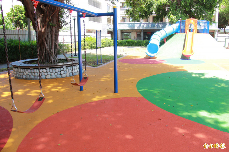 鎮民代表蕭家銘表示,兒童公園斥資442萬元改善,卻只增加一座攀岩區跟鞦韆,實在感受不出「改善什麼」。(記者陳冠備攝)