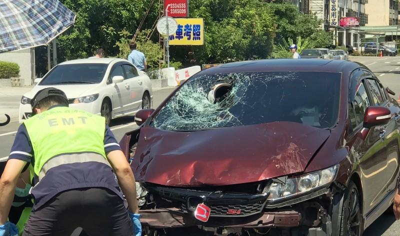 南投縣草屯鎮台3線新豐里路段21日中午發生死亡車禍,汽車與機車對撞,騎士的安全帽嵌入破裂的轎車前擋風玻璃。(民眾提供)