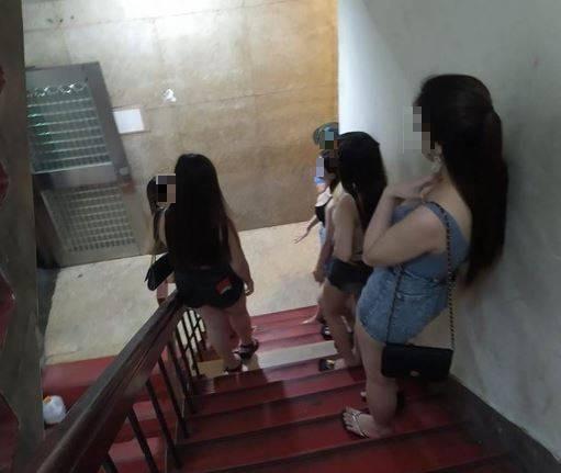 一位外送員在送餐時卻誤闖台北市萬華區某大樓,只見樓梯上清一色站滿穿著清涼的小姐,讓他嚇了一跳。(圖擷取自臉書「爆廢公社二館」)