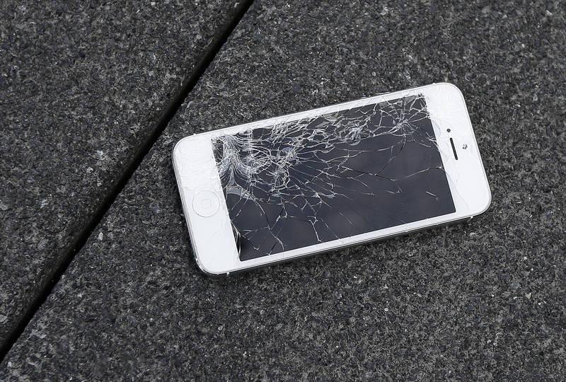 1名女大生在網路發文詢問:「手機壞了,分期還要繳嗎?」 手機壞掉示意圖。(美聯社檔案照)