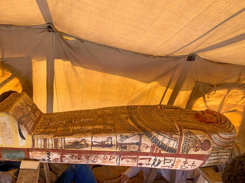 「死者之城」薩卡拉發現至少有2500年歷史的27具古棺,自下葬後從未被打開,保存狀況良好,甚至連棺材上的彩繪依然鮮豔。(法新社)