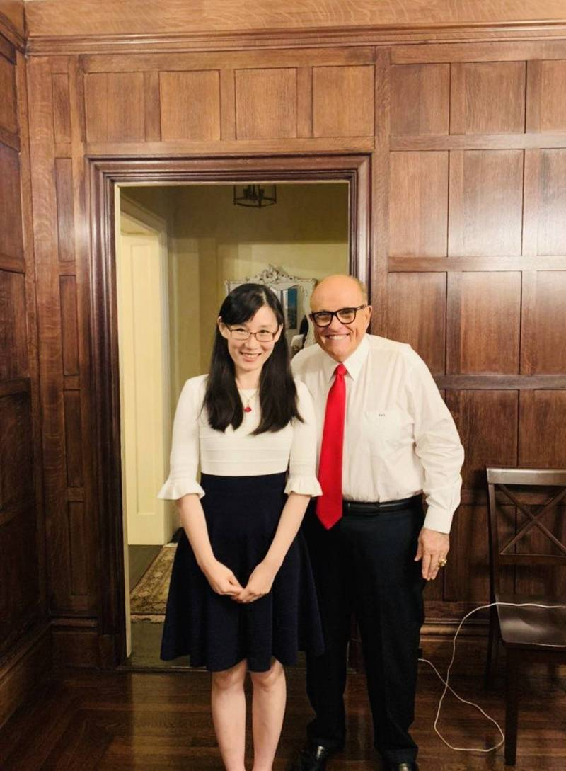 逃亡美國的中國病毒學家閻麗夢(左)14日在推特發布首篇論文,直指新冠病毒來自中國軍方實驗室,20日受訪再指出,新型冠狀病毒是SARS病毒加強版,中國可能會再放出其他病毒。右為前紐約市長朱利安尼。(圖擷取自Twitter)