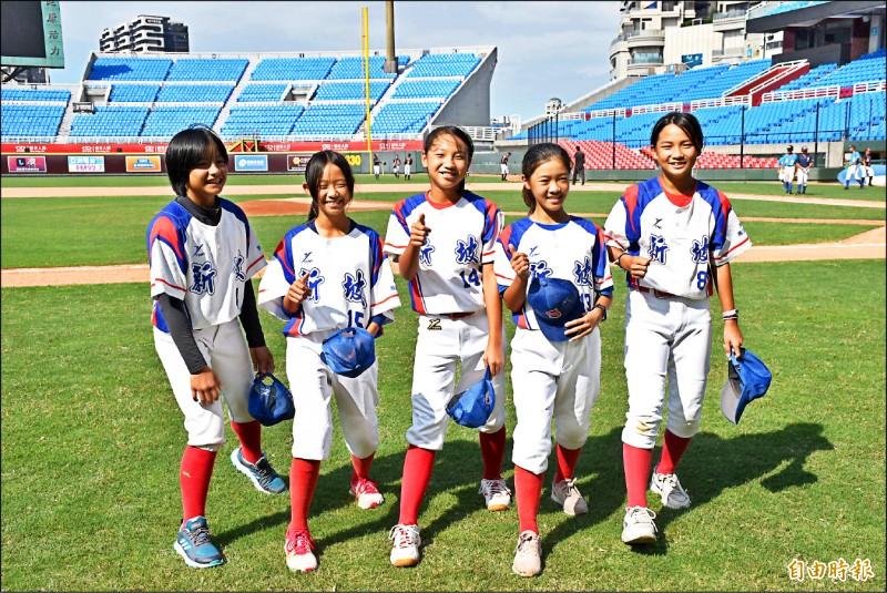 新坡國小有6名女球員上場與男生較勁,左起為曾楷華、廖恩蕎、黃若綺、徐紋緹、梁曼綺,另有黃心柔未出席開幕典禮。(記者李容萍攝)