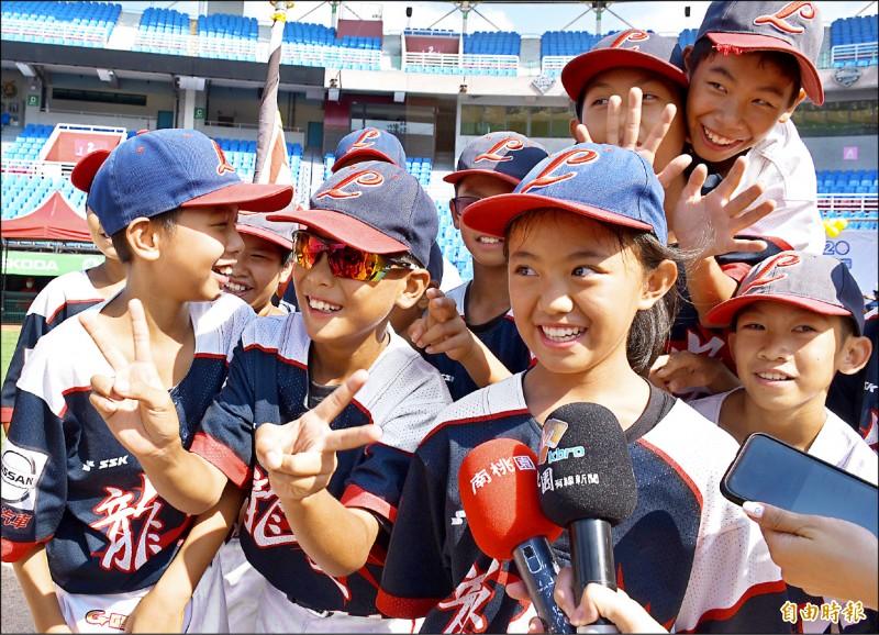 龍安國小曾葦芹(右二)是球隊唯一一名女將。(記者李容萍攝)