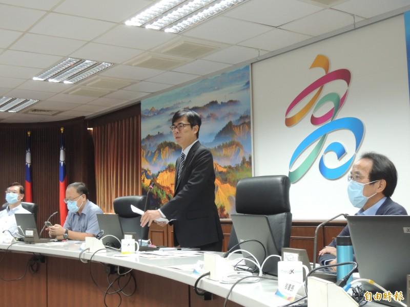 陳其邁今主持市政會議前,特別提到廢液、香蕉、水溝蓋。(記者王榮祥攝)
