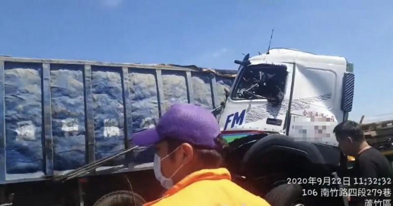 國道二號西向8.1公里發生3車追撞事故,造成大貨車駕駛受困,已被救出送長庚醫院。(記者魏瑾筠翻攝)