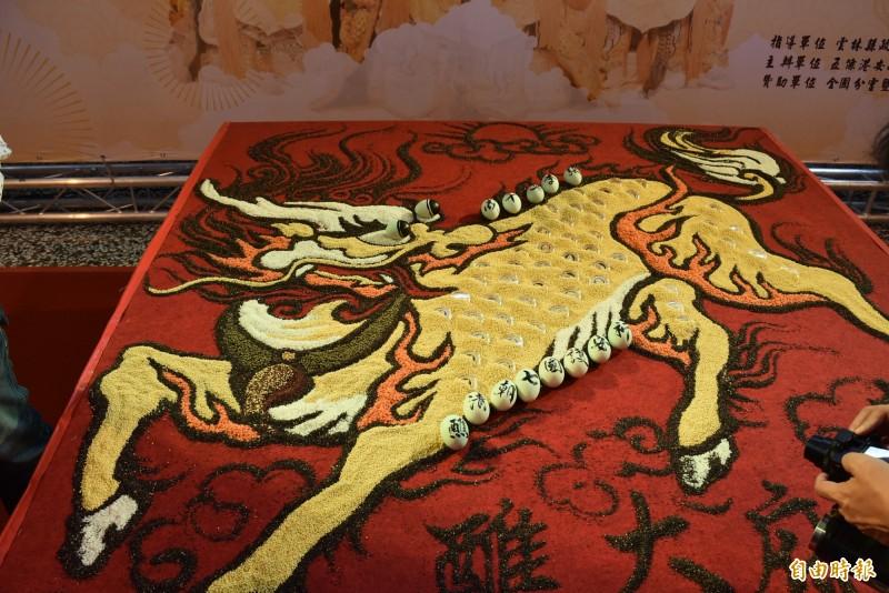 葉俊男利用米、小米等多種穀、豆類創作神獸,展現宗教藝術。(記者林國賢攝)