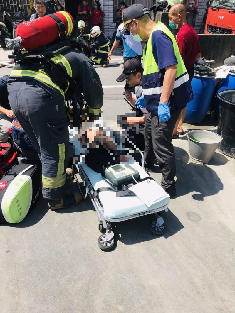消防隊救出2歲及12歲的女童,送醫後宣告不治。(記者顏宏駿翻攝)