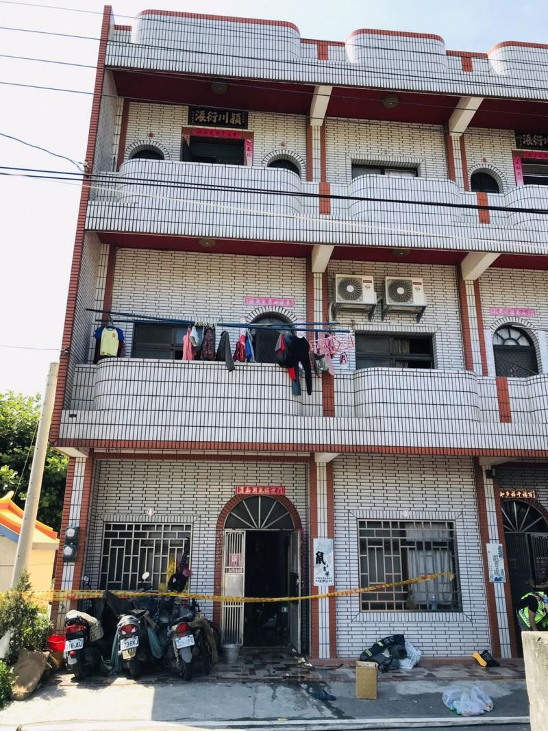 彰化縣二林鎮合和巷一間住宅今天中午12點發生住宅火警,消防隊員在火場救出2名女童送醫急救。(記者顏宏駿翻攝)