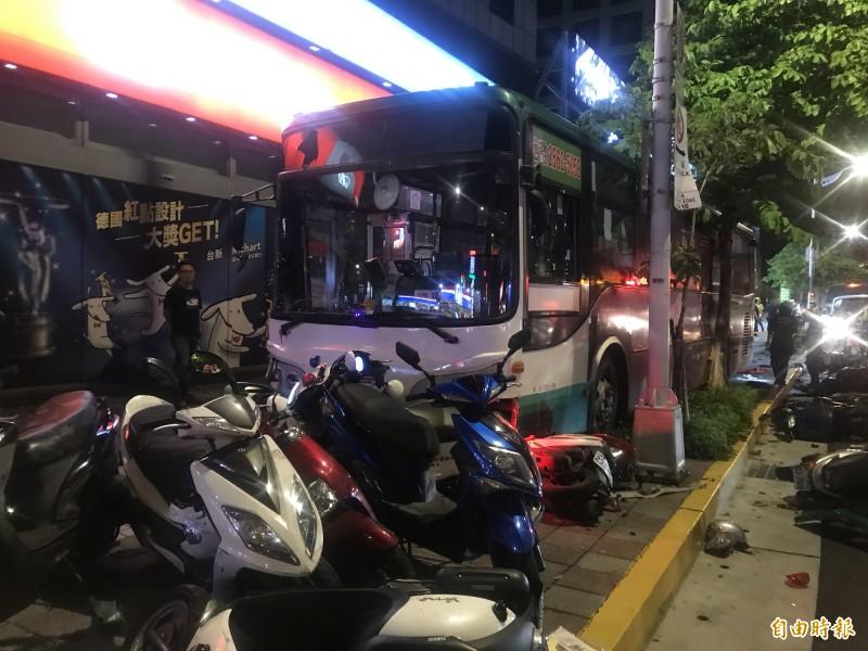 公車內湖暴衝釀一死一傷。(記者鄭景議攝)