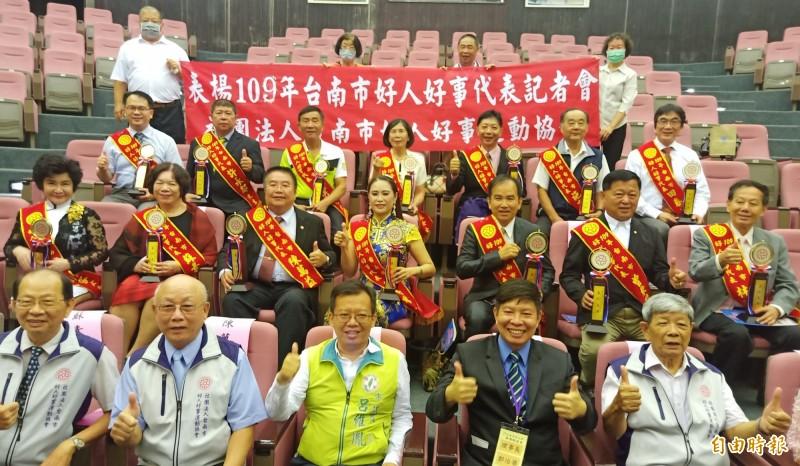 109年台南市好人好事代表選拔出爐,共遴選出16位好人好事代表,每位獲獎者都有令人感佩的行善故事。(記者王姝琇攝)