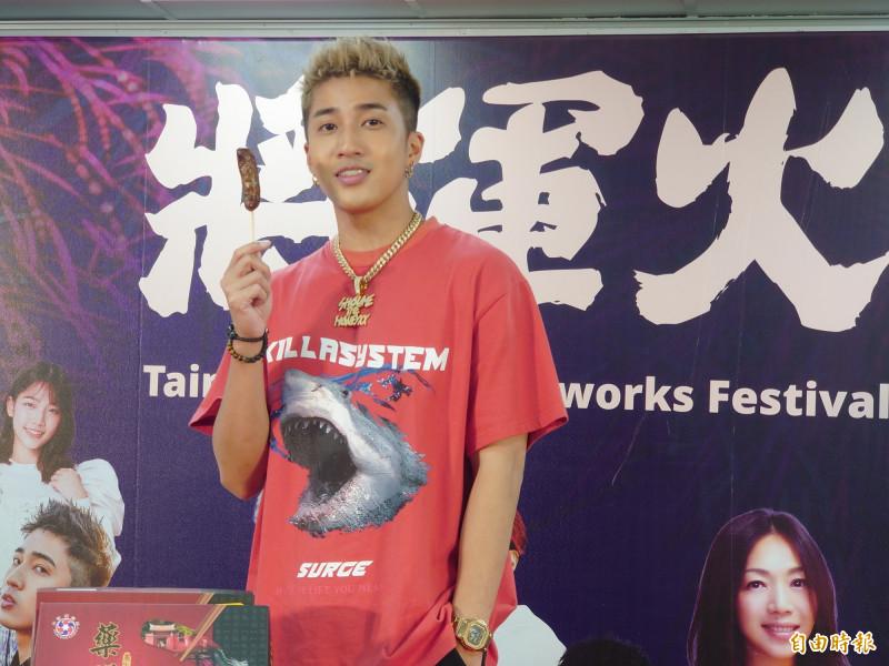 新生代嘻哈歌手婁峻碩為「將軍火」音樂節暖身宣傳獻唱,並推介台南小吃很美味。(記者洪瑞琴攝)