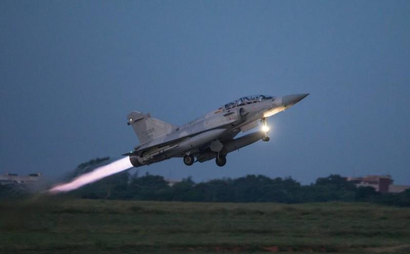幻象戰機受令後,緊急起飛進行攔截演練。(軍聞社)