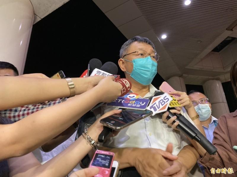 台北市長柯文哲今晚6點40分抵達三總探視傷者,他坦言傷者狀況不好,但三總會給他最好的治療。(記者楊心慧攝)